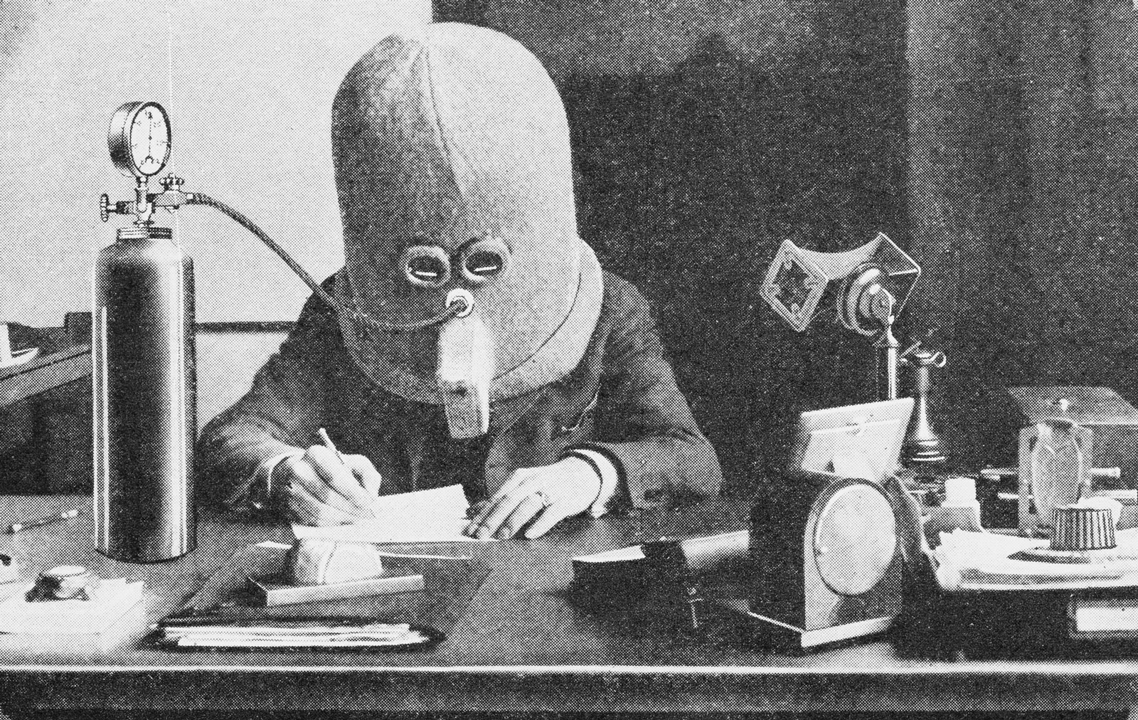 Illustration: Hugo Gernsback wearing his Isolator, which eliminates external noises for concentration, in Science and Invention, juillet 1925. Syracuse University Libraries, Special Collections Research Center.